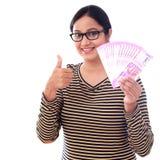 Jovem mulher feliz que guarda o indiano 2000 notas da rupia Foto de Stock