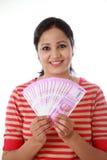 Jovem mulher feliz que guarda o indiano 2000 notas da rupia Fotografia de Stock Royalty Free