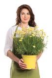 Jovem mulher feliz que guarda a planta Imagens de Stock