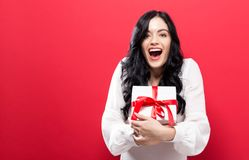 Jovem mulher feliz que guarda uma caixa de presente Foto de Stock Royalty Free