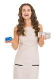 Mulher feliz que guardara blocos do cartão e do dinheiro de crédito Fotografia de Stock Royalty Free