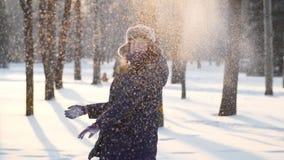 Jovem mulher feliz que joga com neve e sorriso video estoque
