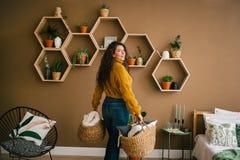 Jovem mulher feliz que limpa em casa foto de stock royalty free