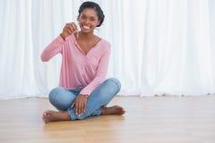 Jovem mulher feliz que mostra suas chaves da casa nova Imagem de Stock