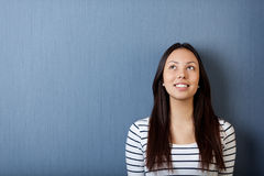Jovem mulher feliz que olha acima Fotos de Stock