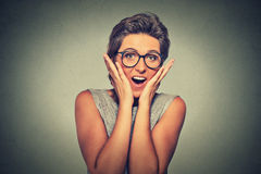 Jovem mulher feliz que olha entusiasmado surpreendido na descrença completa é mim? Fotos de Stock