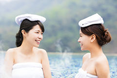 Jovem mulher feliz que relaxa em Hot Springs Imagens de Stock