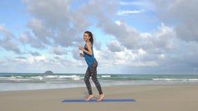 Jovem mulher feliz que sorri e que tem o divertimento após a formação A fêmea que graceja e que dança após a ioga da manhã exerci video estoque