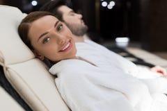 jovem mulher feliz que sorri na câmera ao descansar imagens de stock