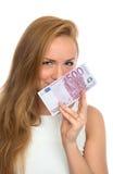 Jovem mulher feliz que sustenta o dinheiro do dinheiro cinco cem euro Fotos de Stock Royalty Free