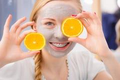 Jovem mulher feliz que tem a máscara protetora que guarda o quivi imagem de stock royalty free
