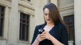 Jovem mulher feliz que toma uma foto dsi mesma e que afixa em meios sociais vídeos de arquivo