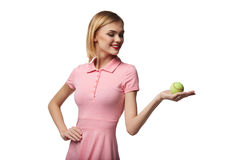 A jovem mulher feliz saudável levanta ao guardar a bola de tênis, no wh Fotografia de Stock Royalty Free