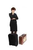 A jovem mulher fica atrás das malas de viagem modernas e do vintage Fotos de Stock Royalty Free