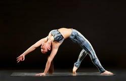 Jovem mulher flexível apta que faz uma pose selvagem da coisa Fotografia de Stock Royalty Free
