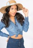 Jovem mulher Flirty no chapéu e na sarja de Nimes de Sun Foto de Stock Royalty Free