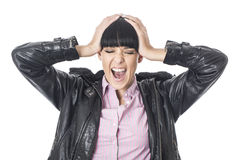 Jovem mulher forçada irritada frustrante que grita com suas mãos em sua cabeça no desespero Imagens de Stock Royalty Free