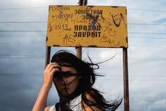 Jovem mulher forçada pensativa com uma confusão em sua cabeça imagens de stock royalty free