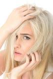Jovem mulher forçada triste pensativa que olha ansiosa e infeliz fotografia de stock