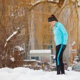 Jovem mulher fora durante o inverno fotografia de stock