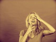 Jovem mulher forçada, frustrada, comprimida na dor Fotos de Stock Royalty Free