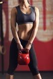 Jovem mulher forte e muscular fotografia de stock