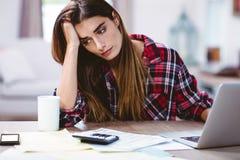 Jovem mulher frustrante com portátil Fotografia de Stock