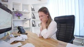 Jovem mulher frustrante que tenta endireitar para fora matérias de negócio mas não bom video estoque