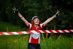 A jovem mulher ganha o meta do cruzamento da raça Fotos de Stock Royalty Free