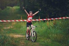 A jovem mulher ganha o meta do cruzamento da raça Fotos de Stock