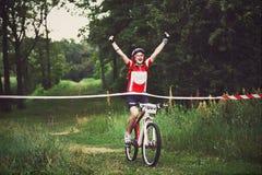 A jovem mulher ganha o meta do cruzamento da raça Foto de Stock
