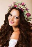Jovem mulher genuína com cabelos e a grinalda saudáveis de fluxo das flores Imagem de Stock