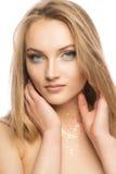 Jovem mulher glamoroso com composição e brilho perfeitos em seu nec foto de stock royalty free