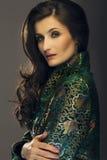 Jovem mulher glamoroso no revestimento verde do estilo japonês que olha Fotos de Stock Royalty Free