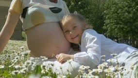 Jovem mulher grávida com uma criança bonito filme