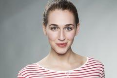 Jovem mulher graciosa que sorri para o esplendor natural da pele Fotos de Stock Royalty Free