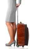 A jovem mulher guarda a mala de viagem de couro Imagens de Stock Royalty Free