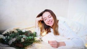 A jovem mulher impressionante sente a aproximação do ano novo e faz o desejo, Imagens de Stock Royalty Free