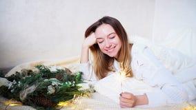 A jovem mulher impressionante sente a aproximação do ano novo e faz o desejo, Imagens de Stock