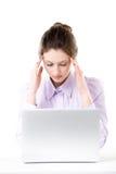 Jovem mulher incomodada que toca em sua cabeça com os dedos na frente de Fotografia de Stock Royalty Free