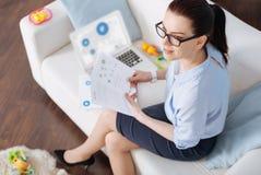 Jovem mulher independente que trabalha durante suas licenças de parto Imagem de Stock