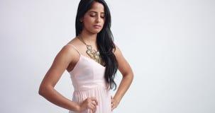 Jovem mulher indiana bonita no vestido cor-de-rosa longo video estoque