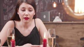 Jovem mulher infeliz após a ilusão por seu noivo video estoque