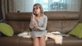 A jovem mulher interessada tem uma conversa telefônica video estoque