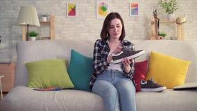 A jovem mulher introduz uma palmilha ortopédica na sapata vídeos de arquivo