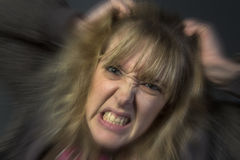 Jovem mulher irritada foto de stock