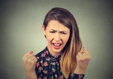Jovem mulher irritada que tem a divisão atômica nervosa que grita Imagem de Stock