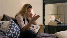 Jovem mulher irritada que tem um telefone celular chamar com o noivo, discutindo Imagem de Stock