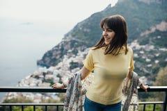 Jovem mulher italiana que aprecia o tempo ensolarado bonito em Positano na costa de Amalfi em Itália do sul Experiência italiana, fotografia de stock