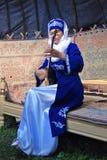 A jovem mulher joga o instrumento musical Celebração de Sabantui em Moscou Fotos de Stock